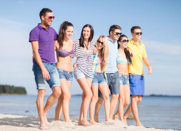 Grupy szczęśliwy znajomych spaceru plaży lata Zdjęcia stock © dolgachov