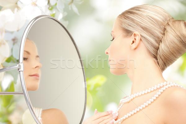 Güzel bir kadın inci kolye ayna güzellik lüks Stok fotoğraf © dolgachov
