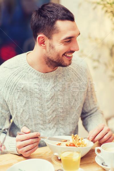 Feliz moço jantar restaurante pessoas lazer Foto stock © dolgachov