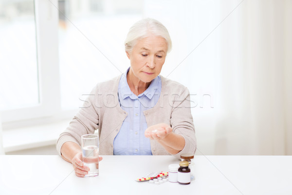 シニア 女性 水 薬 ホーム 年齢 ストックフォト © dolgachov