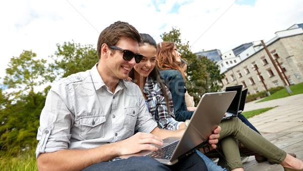Foto stock: Estudiantes · adolescentes · portátil · computadoras · verano · comunicación