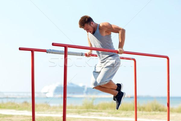 Zdjęcia stock: Młody · człowiek · równolegle · bary · odkryty · fitness
