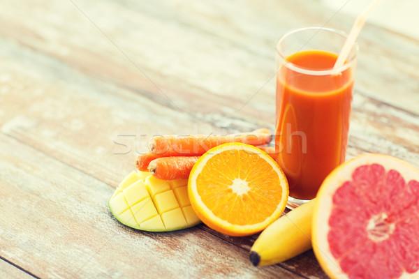 świeże soku szkła owoce tabeli Zdjęcia stock © dolgachov