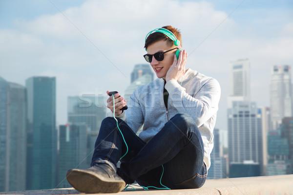 Feliz moço fones de ouvido tecnologia viajar Foto stock © dolgachov