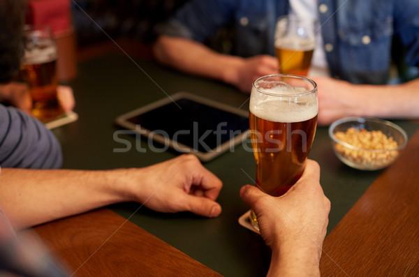 Hombres potable cerveza bar pub Foto stock © dolgachov