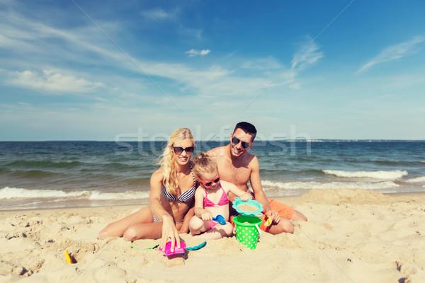 Familia feliz jugando arena juguetes playa familia Foto stock © dolgachov