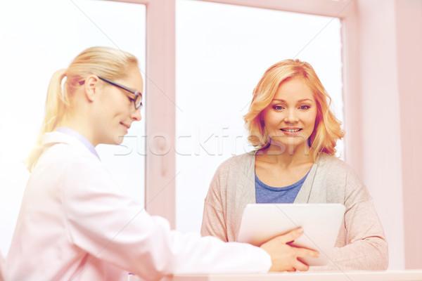 Stock fotó: Orvos · táblagép · nő · kórház · gyógyszer · egészségügy