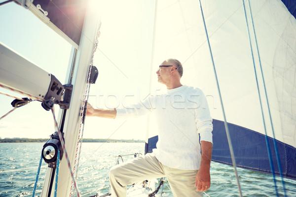 Senior homem velejar barco iate navegação Foto stock © dolgachov