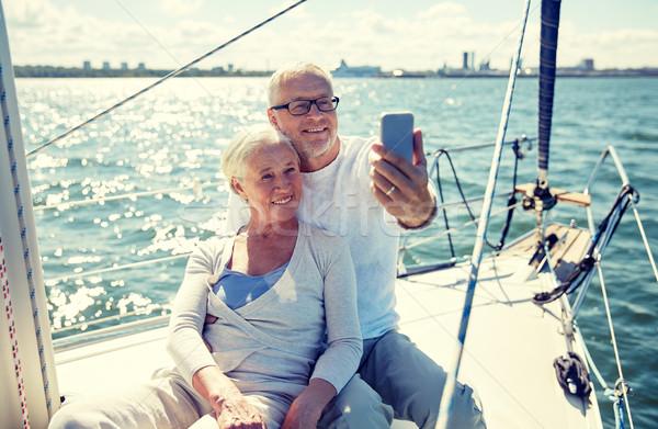 Idősek okostelefon elvesz jacht vitorlázik technológia Stock fotó © dolgachov