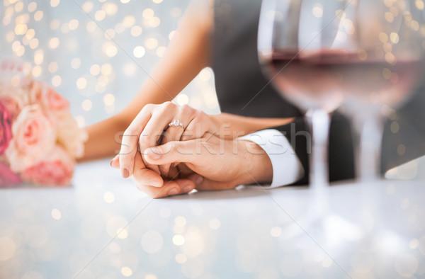 Foto stock: Comprometido · casal · de · mãos · dadas · pessoas · férias
