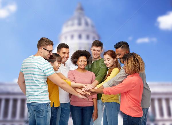Międzynarodowych grupy szczęśliwych ludzi trzymając się za ręce różnorodności zespołowej Zdjęcia stock © dolgachov