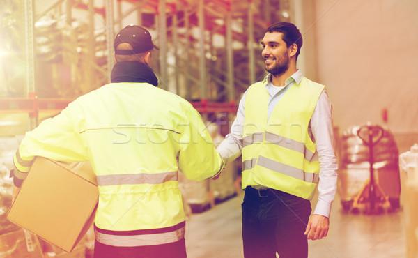 Férfiak biztonság kézfogás raktár nagybani eladás emberek Stock fotó © dolgachov