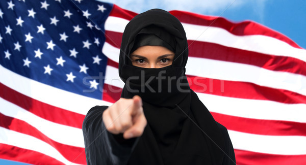 Musulmans femme hijab pointant doigt immigration Photo stock © dolgachov