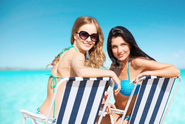 счастливым женщины солнечные ванны стульев лет пляж Сток-фото © dolgachov
