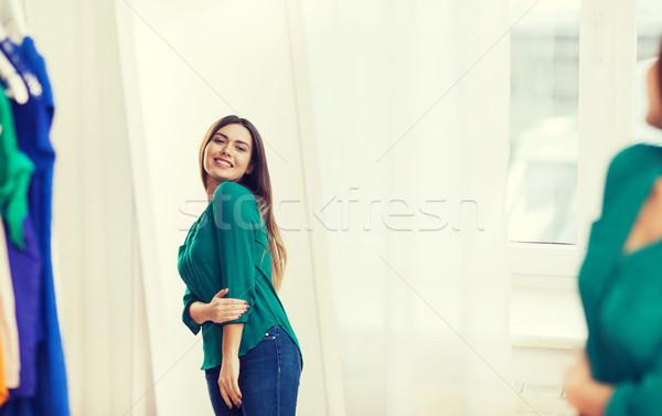 Gelukkig vrouw poseren spiegel home garderobe Stockfoto © dolgachov