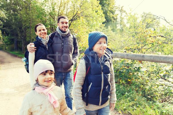 Familia feliz senderismo bosques aventura viaje turismo Foto stock © dolgachov