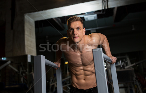 Man triceps parallel bars gymnasium Stockfoto © dolgachov