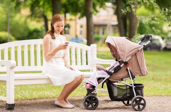 Stock fotó: Boldog · anya · okostelefon · park · anyaság · technológia