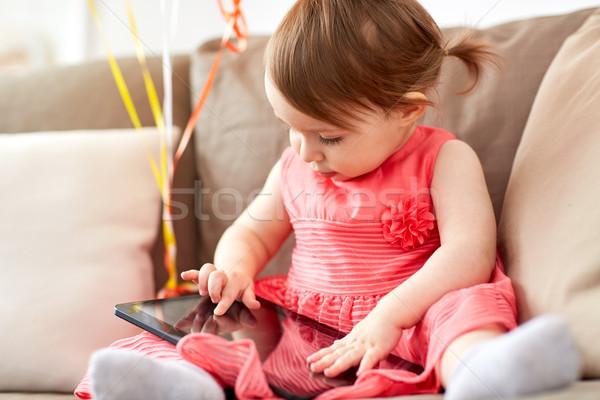 Kislány táblagép ül kanapé otthon gyermekkor Stock fotó © dolgachov