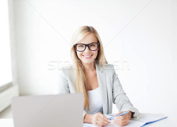 Сток-фото: деловая · женщина · документы · фотография · улыбающаяся · женщина · пер