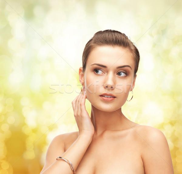 女性 着用 金 イヤリング ブレスレット 美 ストックフォト © dolgachov