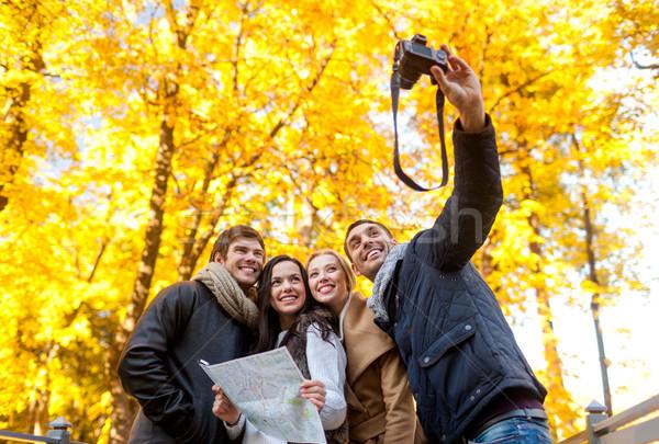 Groep vrienden kaart buitenshuis reizen mensen Stockfoto © dolgachov