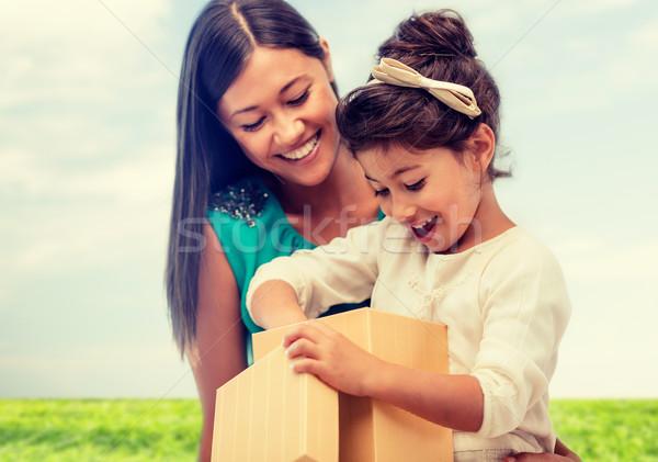 Glücklich Mutter Kind Mädchen Geschenkbox Feiertage Stock foto © dolgachov