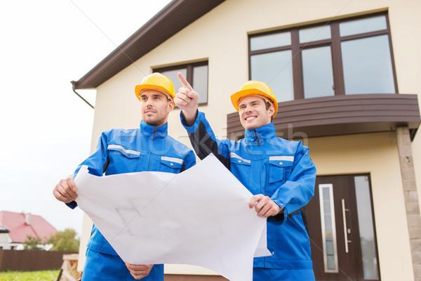 Groupe constructeurs plan pointant doigt bâtiment Photo stock © dolgachov