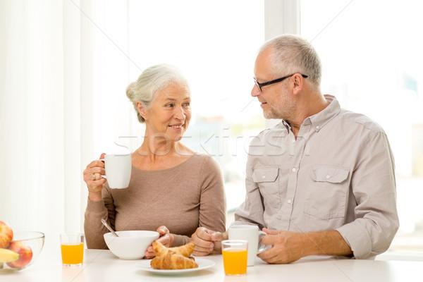 Foto stock: Feliz · casal · de · idosos · café · da · manhã · casa · família · tecnologia