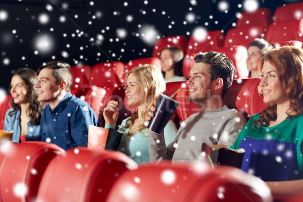 Boldog barátok pattogatott kukorica italok mozi szórakoztatás Stock fotó © dolgachov