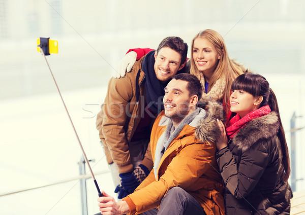 Сток-фото: счастливым · друзей · смартфон · катание · люди