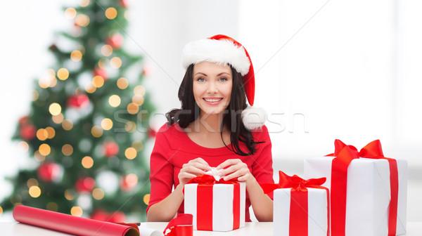 Kadın yardımcı şapka çok hediye kutuları Stok fotoğraf © dolgachov
