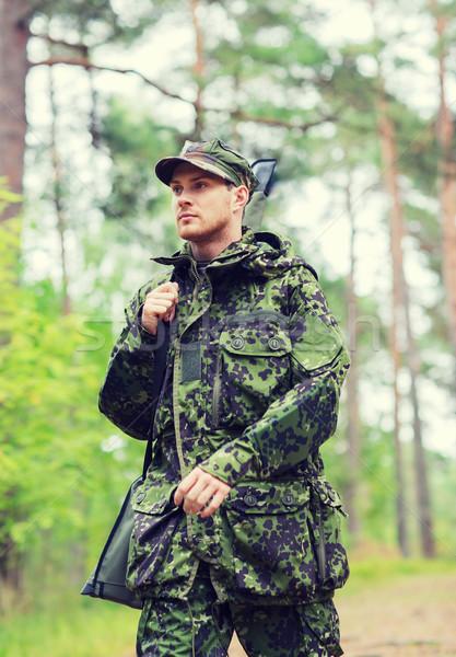 Jóvenes soldado cazador arma forestales caza Foto stock © dolgachov