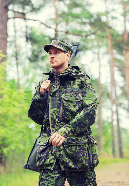Jonge soldaat jager pistool bos jacht Stockfoto © dolgachov