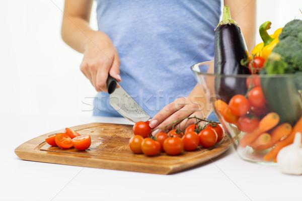 Közelkép nő tapsolás paradicsomok kés egészséges étkezés Stock fotó © dolgachov