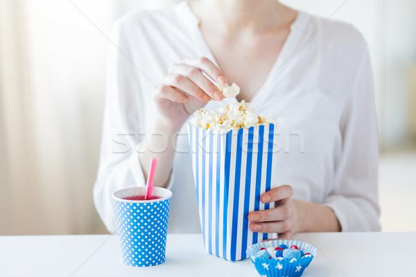 Kadın yeme patlamış mısır içmek amerikan Stok fotoğraf © dolgachov