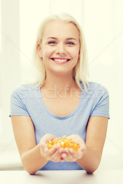 Gelukkig vrouw visolie capsules home Stockfoto © dolgachov