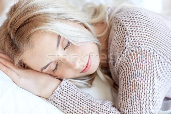Vrouw tienermeisje slapen kussen home ontspannen Stockfoto © dolgachov