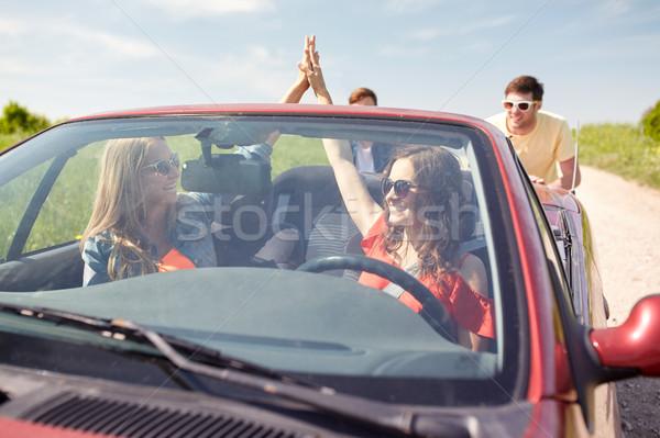 Mutlu arkadaşlar itme kırık kabriyole araba Stok fotoğraf © dolgachov
