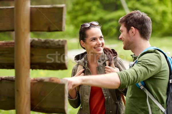 Sonriendo Pareja poste indicador senderismo aventura viaje Foto stock © dolgachov
