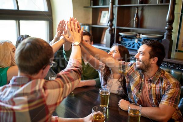 Amigos cerveza máximo de cinco bar pub Foto stock © dolgachov