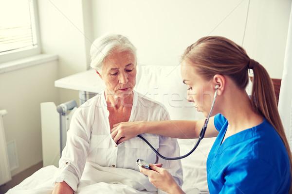 Verpleegkundige stethoscoop senior vrouw kliniek geneeskunde Stockfoto © dolgachov