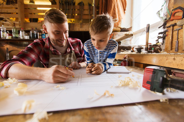 Gelukkig vader zoon blauwdruk workshop familie timmerwerk Stockfoto © dolgachov