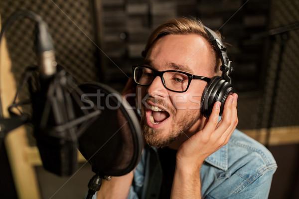Férfi fejhallgató énekel zenei stúdió zene előadás Stock fotó © dolgachov