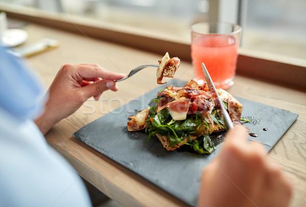 Mulher alimentação prosciutto presunto salada restaurante de comida Foto stock © dolgachov