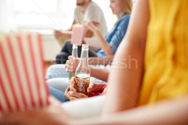 Közelkép barátok pattogatott kukorica sör otthon barátság Stock fotó © dolgachov