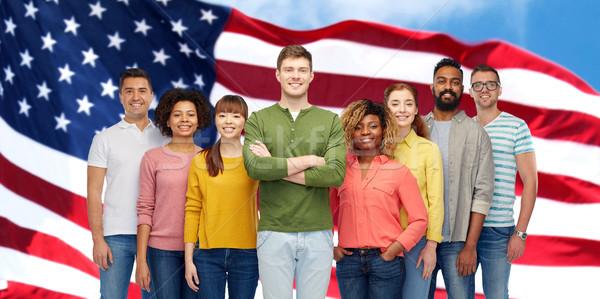 Szczęśliwy międzynarodowych ludzi amerykańską flagę różnorodności wyścigu Zdjęcia stock © dolgachov