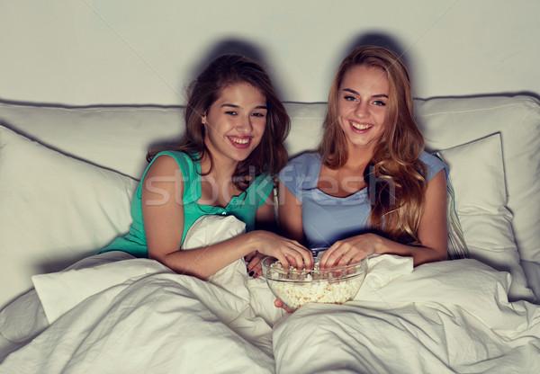 Szczęśliwy znajomych popcorn oglądania telewizja domu Zdjęcia stock © dolgachov