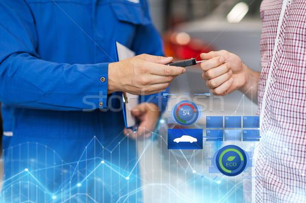 Mecánico de automóviles hombre taller auto servicio Foto stock © dolgachov
