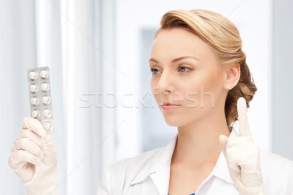 Привлекательная женщина врач таблетки фотография медицинской здоровья Сток-фото © dolgachov